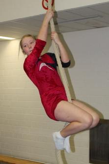 Athletische Mädchen mit haarigen Armen